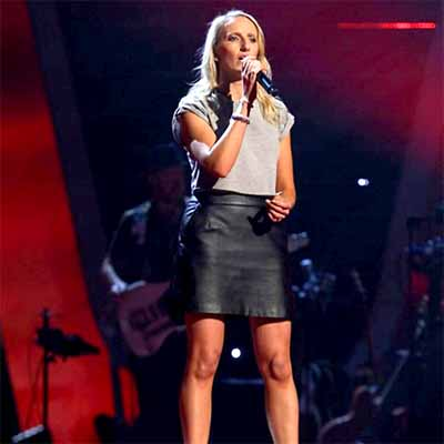 Sarah Tucker singing on The Voice